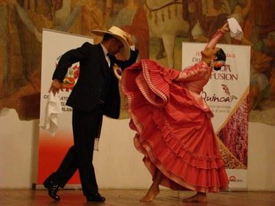 Esibizione coppia ballerini peruviani