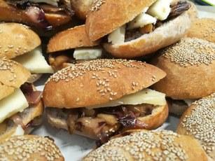 pane al vino rosso di Montepulciano con formaggio a lunga stagionatura e radicchio ripassato in padella con noci