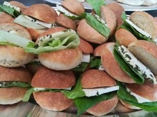 Pane alla quinoa con formaggio fresco aromatizzato di capra su foglia di lattuga