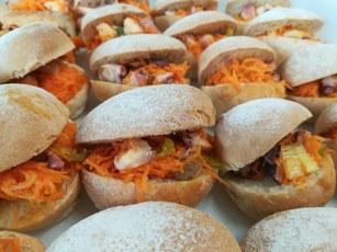 Pane alle patate dfel Fucino con polipo in insalata di carote crude, sedano capperi e arancia