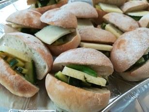 Pane alle patate Fucino formaggio media stagionatura  zucchine ripassate in padella,olio Evo fruttato medio e basilico fresco